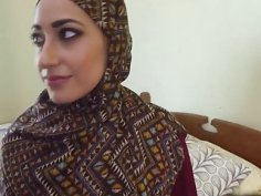 Arab girl accepts cash from rich guy in exchange for blowjob